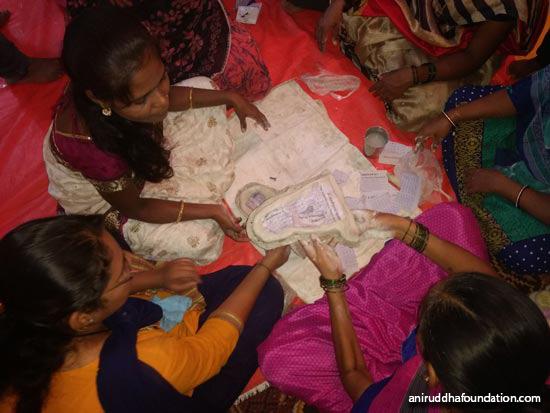 AniruddhaFoundation-Eco-FriendlyGaneshIdols-श्रद्धावान कागदाचा लगदा साच्यात भरत आहेत